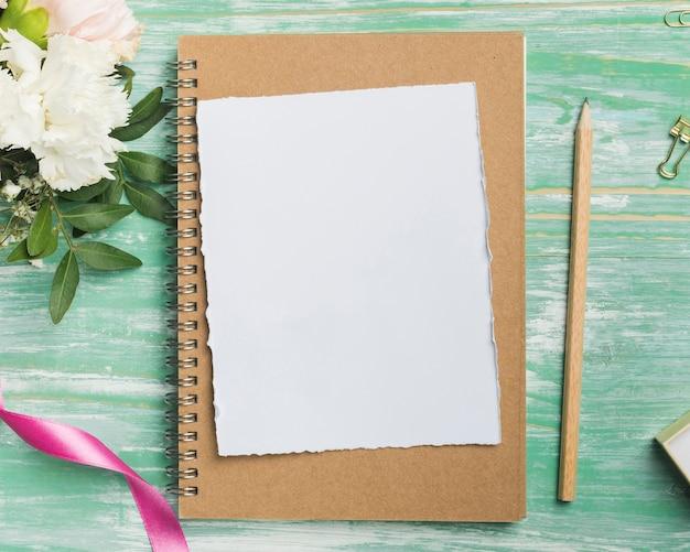 Vista superior de tarjeta y lápiz en blanco