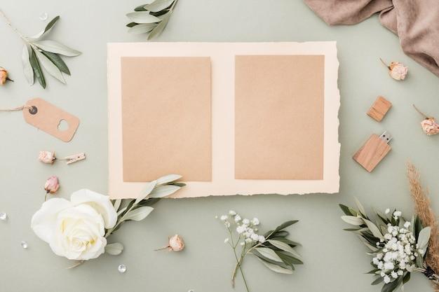 Vista superior de tarjetas de boda y decoraciones