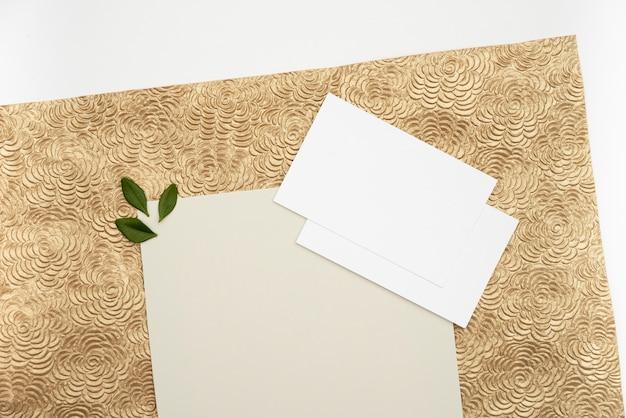 Vista superior de tarjetas de felicitación de boda