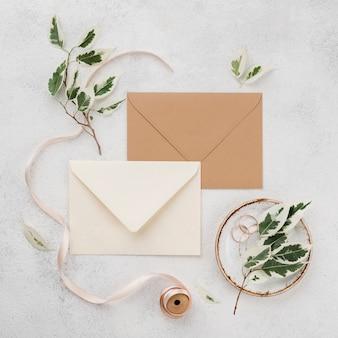 Vista superior tarjetas de invitación de boda con cinta