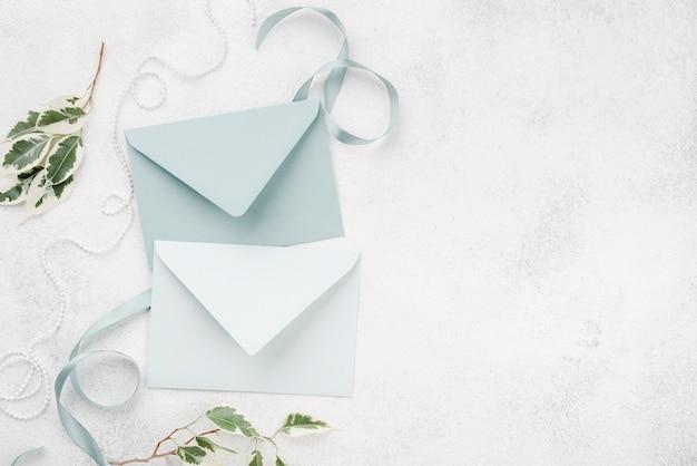 Vista superior tarjetas de invitación de boda en la mesa