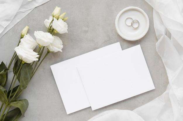 Vista superior de tarjetas de invitación de boda