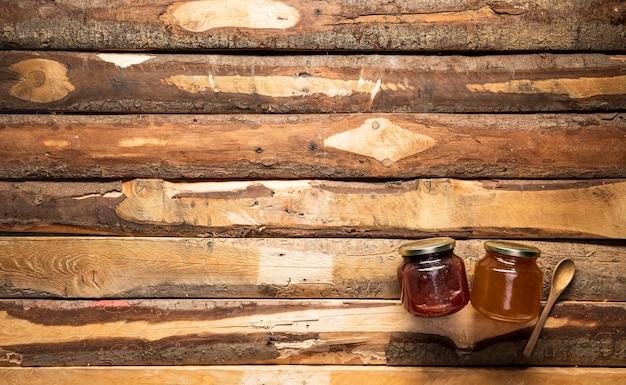 Vista superior de tarros de miel y mermelada con espacio de copia