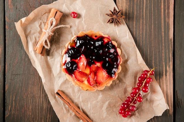 Vista superior de tarta con canela y grosellas rojas