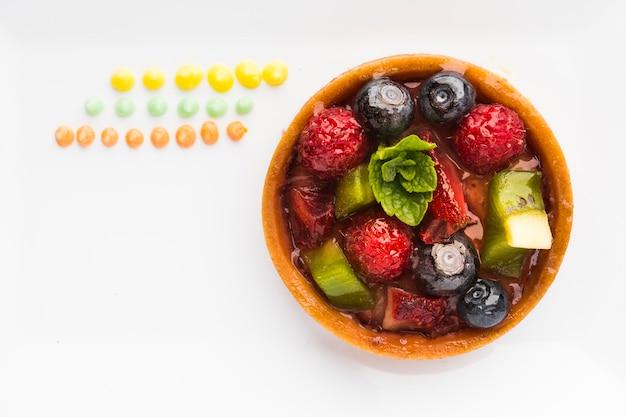 Vista superior tarta de frutas en placa con espacio de copia