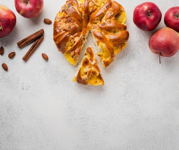 Vista superior tarta de manzana con corte y espacio de copia