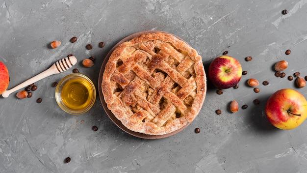 Vista superior de tarta con miel y manzanas