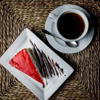 Vista superior tarta de queso con una taza de té en servilletas