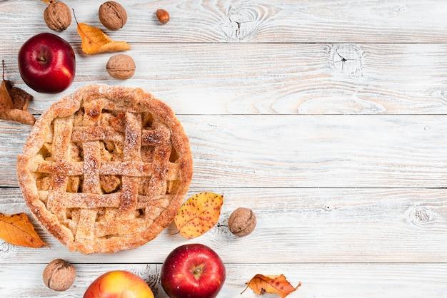 Vista superior de la tarta rodeada de manzanas.