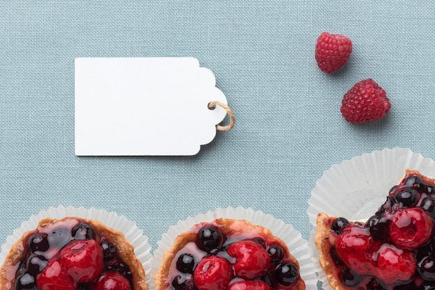 Vista superior de tartas de frutas con etiqueta