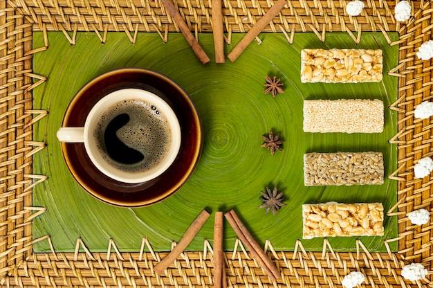 Vista superior taza de café y arreglo de barras de cereal