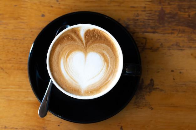 Vista superior de una taza de café de arte tardío dibujar corazón agudo