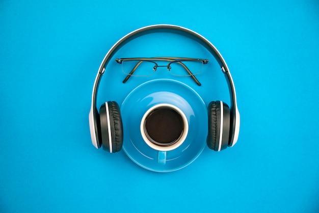 Vista superior de la taza de café con auriculares y gafas de profesor