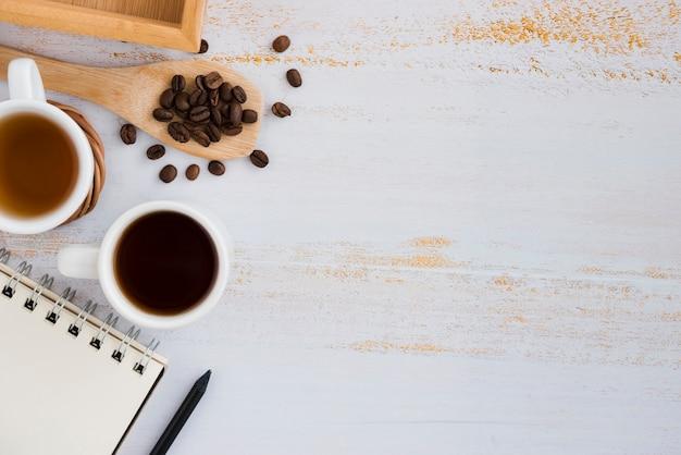 Vista superior taza de café con cuaderno