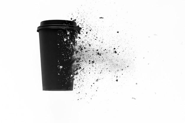 La vista superior de la taza de café desechable se descompone en pedazos pequeños