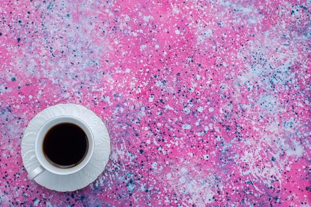 Vista superior de la taza de café en el fondo colorido beber café cacao caliente