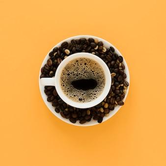 Vista superior de la taza de café y frijoles