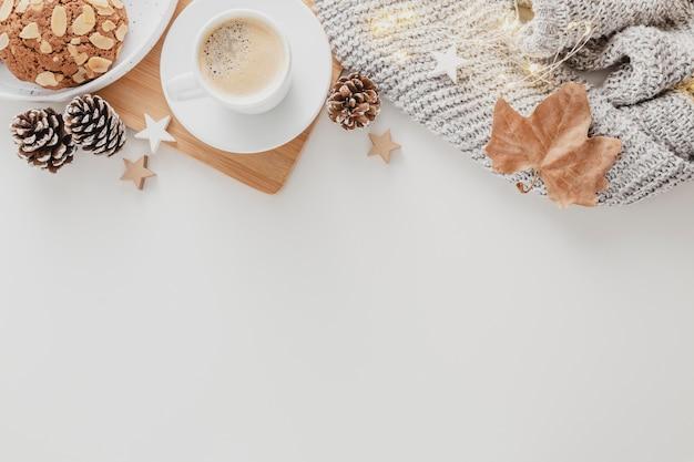 Vista superior de la taza de café y galletas con espacio de copia