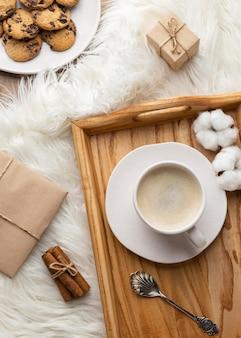 Vista superior de la taza de café con galletas y flores de algodón