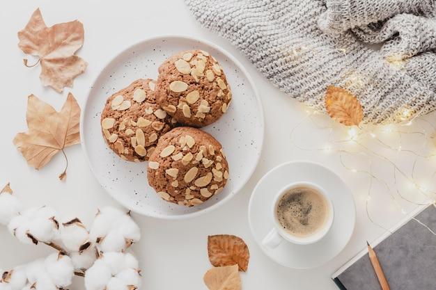 Vista superior de la taza de café y galletas con luces