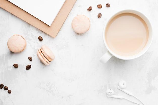 Vista superior taza de café con galletas