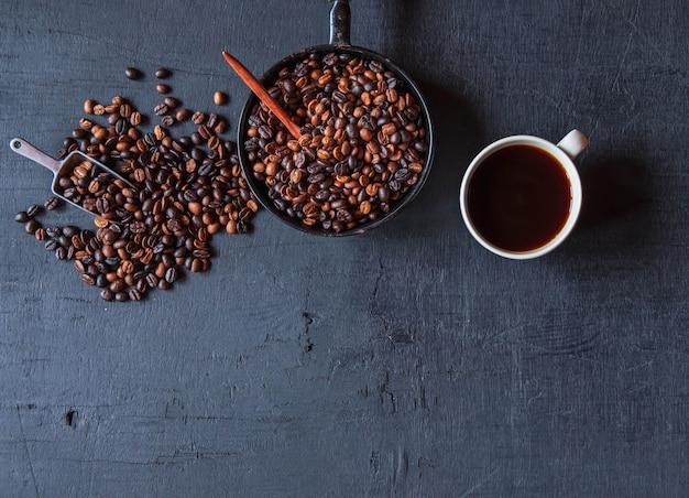Vista superior de la taza de café y granos de café.