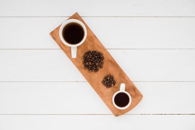 Vista superior taza de café con granos