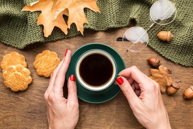 Vista superior de la taza de café con hojas de otoño y gafas