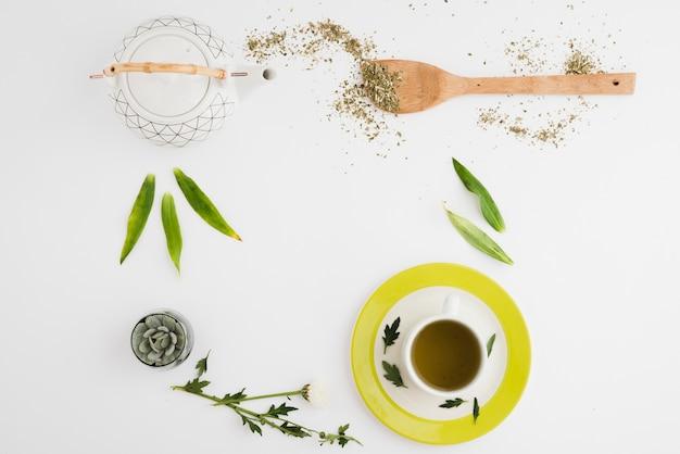 Vista superior taza de café con hojas