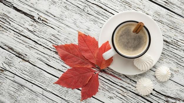 Vista superior de la taza de café con hojas