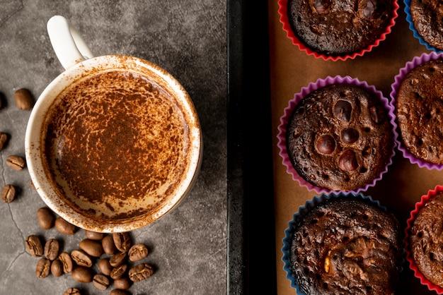 Vista superior taza de café con magdalenas