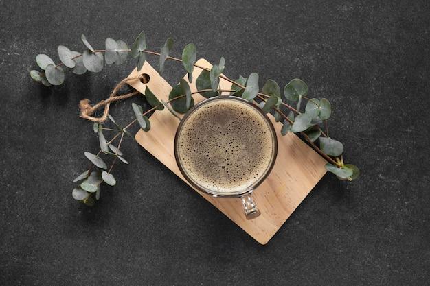 Vista superior de la taza de café en la mesa