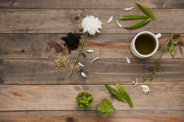Vista superior taza de café con plantas