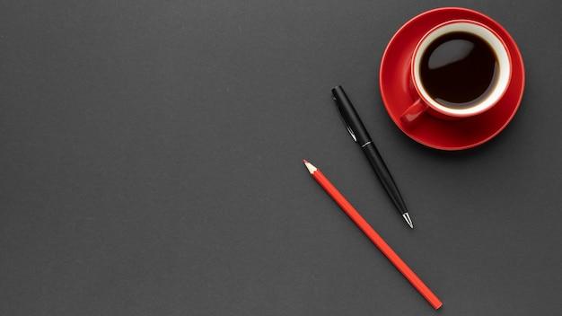 Vista superior de la taza de café roja con espacio de copia