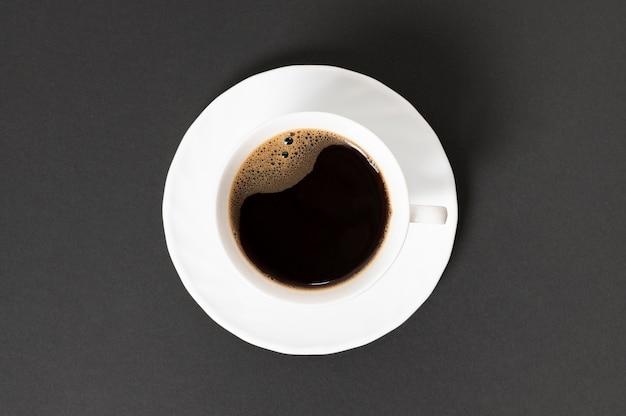 Vista superior taza de café sobre fondo liso