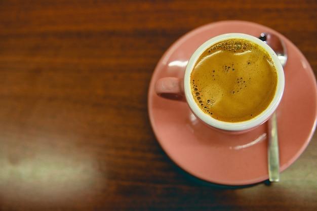 Vista superior de una taza de café sobre la mesa