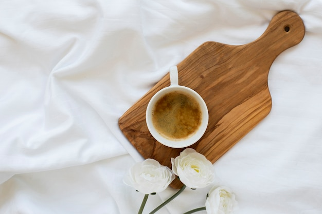 Vista superior de la taza de café sobre una plancha de madera