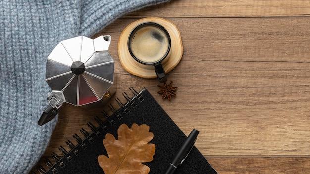 Vista superior de la taza de café con suéter y hervidor