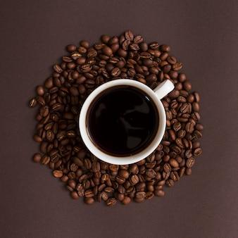Vista superior taza y granos de café