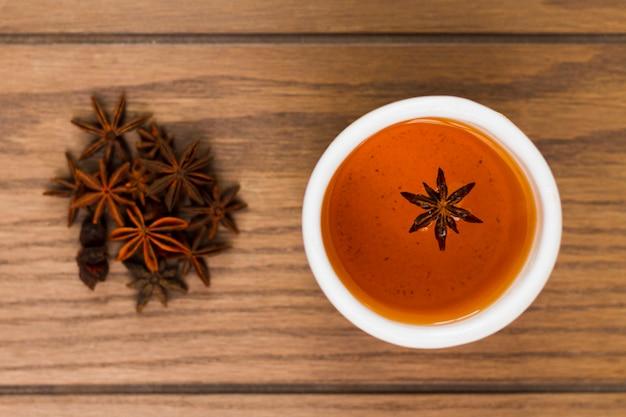Vista superior taza de té de anís