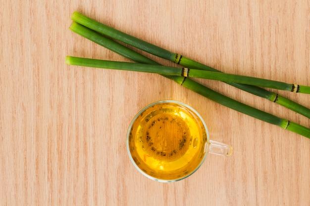 Vista superior taza de té con bambúes
