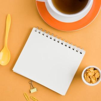 Vista superior taza de té con cuaderno