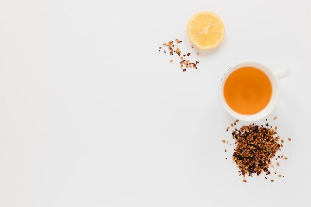 Vista superior con taza de té y espacio de copia