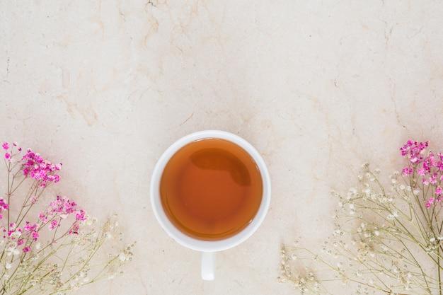 Vista superior taza de té con flores