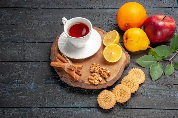 Vista superior de una taza de té con frutas y galletas