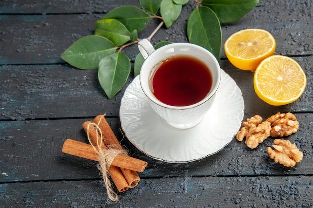 Vista superior de la taza de té con limón en la mesa oscura, azúcar de tarta de galleta dulce