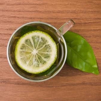 Vista superior taza de té con limón