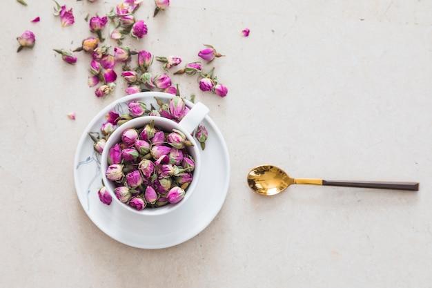 Vista superior taza de té llena de flores