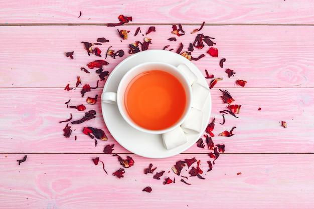 Vista superior de la taza de té en la mesa de madera