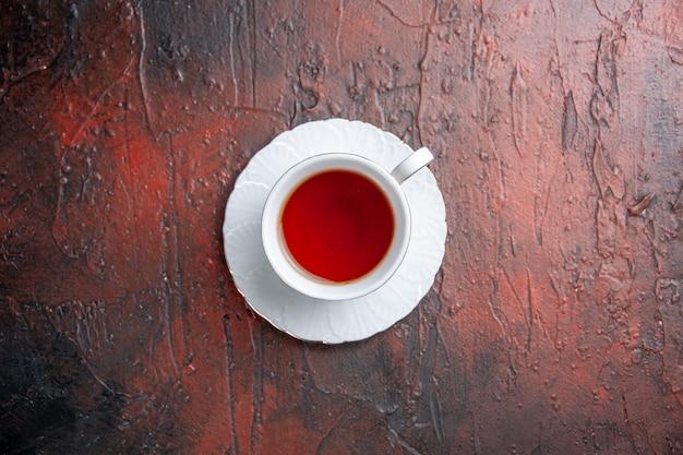 Vista superior de la taza de té en la mesa oscura